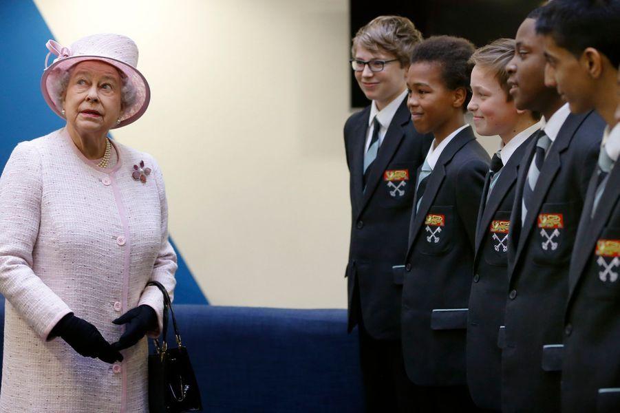La reine Elizabeth II rencontre des élèves de Holyport College dans le Berkshire, le 28 novembre 2014