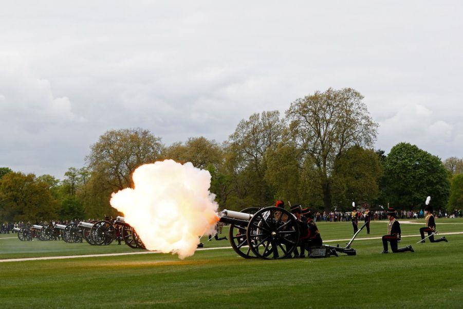 L'anniversaire De Sa Majesté A Été Salué Par 41 Salves De Coups De Canon À Hyde Park 3
