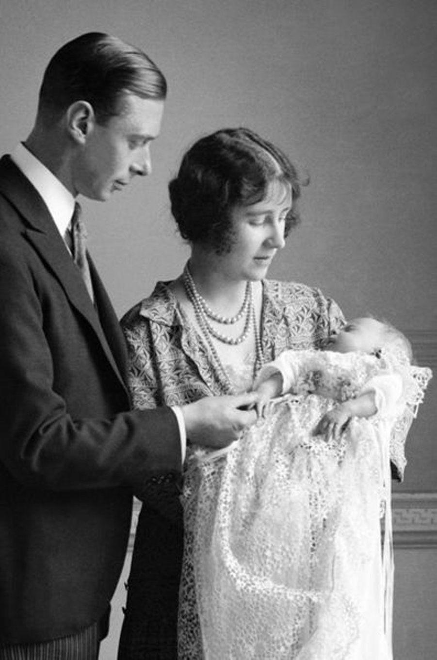 Elizabeth, dans les bras de ses parents le jour de son baptême, le 29 mai 1926