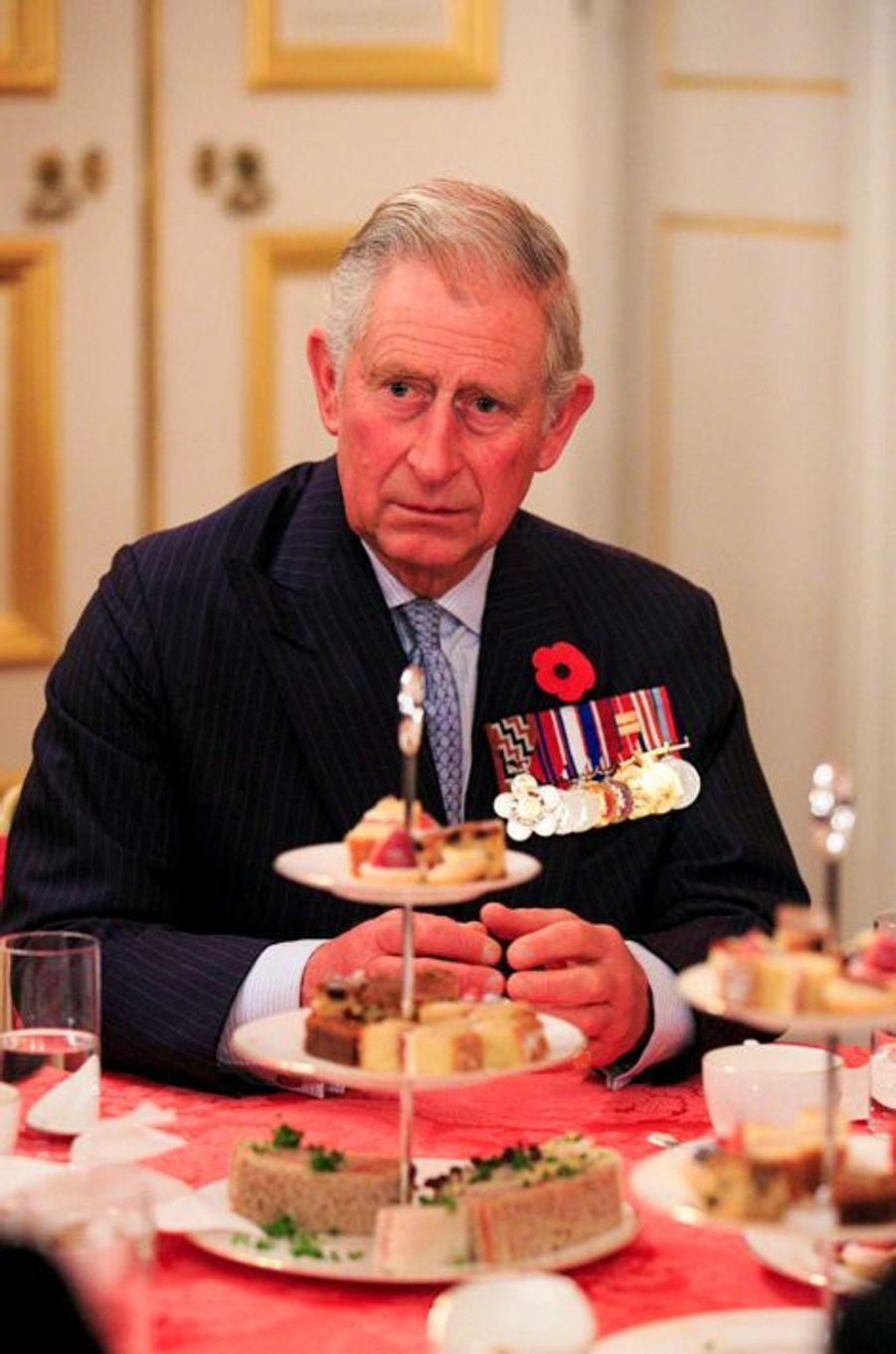 Le prince Charles prend le thé avec des héros détenteurs de la Victoria Cross et de la George Cross à Londres, le 27 octobre 2014