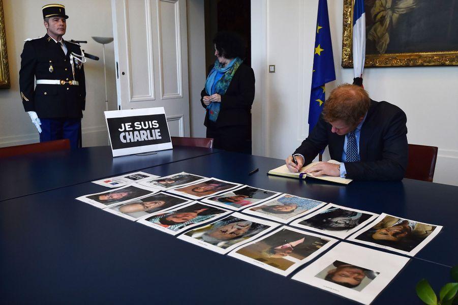 Le prince Harry signe le registre de condoléances pour les victimes de l'attentat parisien, à Londres le 9 janvier 2015