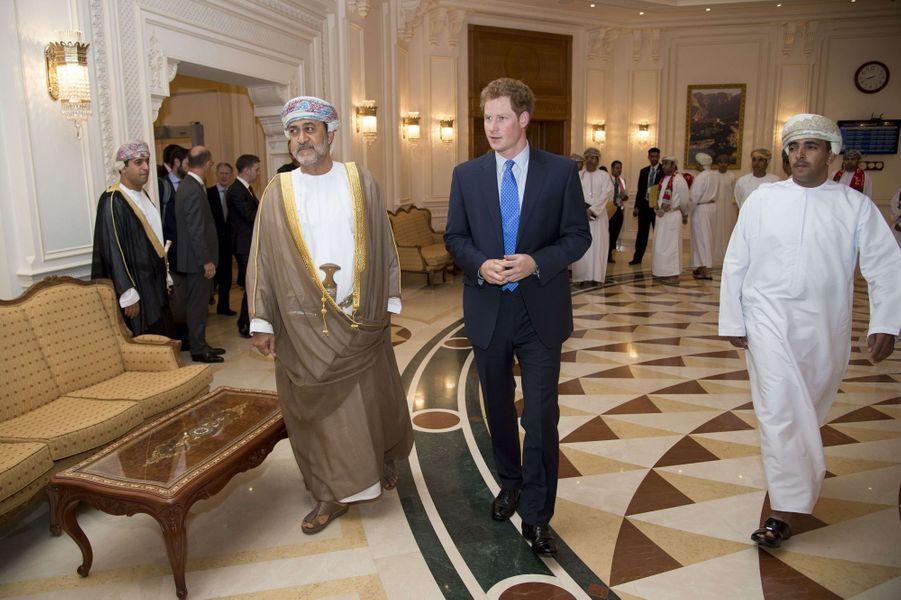 Le prince Harry et Sayyid Haitham bin Tariq Al Said avec des invités du dîner privé à Mascate, le 18 novembre 2014