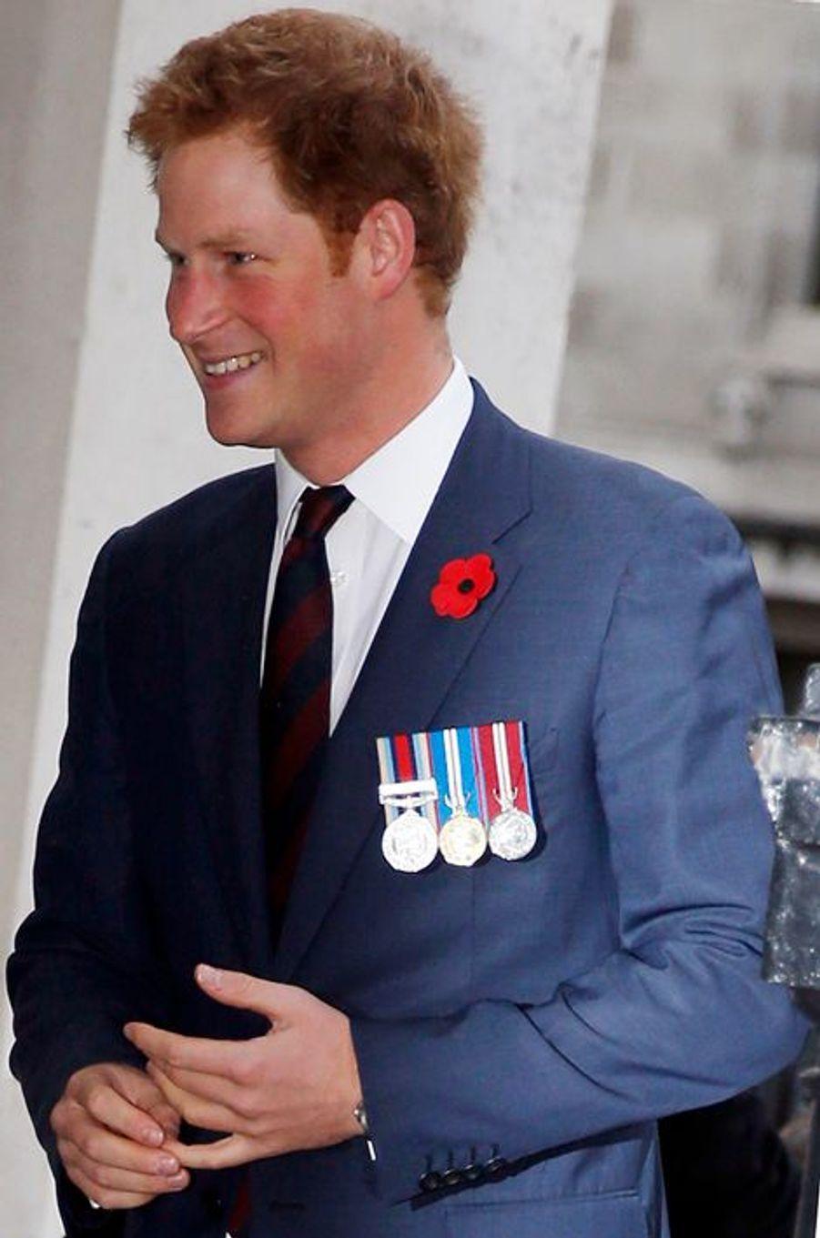Le prince Harry d'Angleterre rencontre des héros détenteurs de la Victoria Cross et de la George Cross à Londres, le 29 octobre 2014