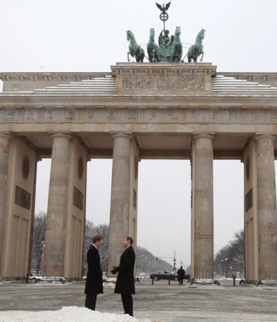 Le Prince Harry en pleine discussion avec l'ambadasseur britannique à Berlin.