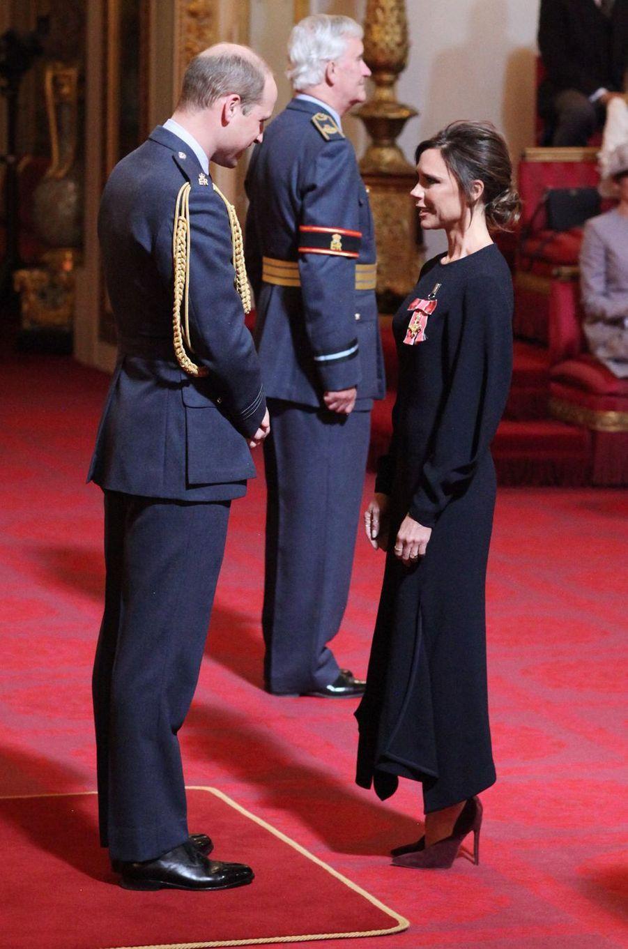 Le prince William décore Victoria Beckham à Buckingham Palace à Londres, le 19 avril 2017