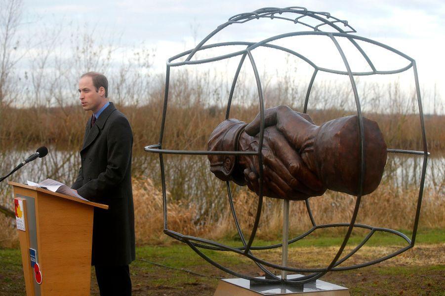 Le prince William inaugure un monument commémorant la trêve de Noël 1914 au National Memorial arboretum à Alrewas, le 12 décembre 2014