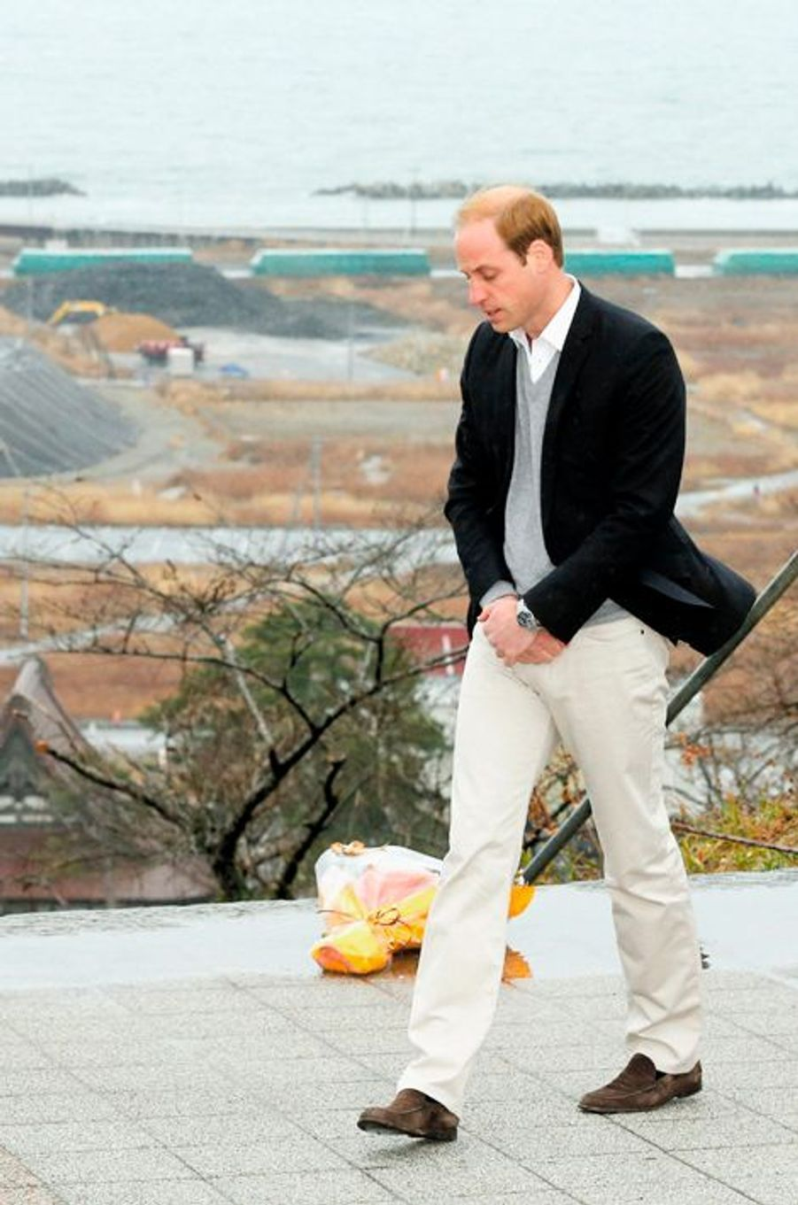 Le prince William prie pour les victimes du tremblement de terre et du tsunami à Ishinomaki, le 1er mars 2015