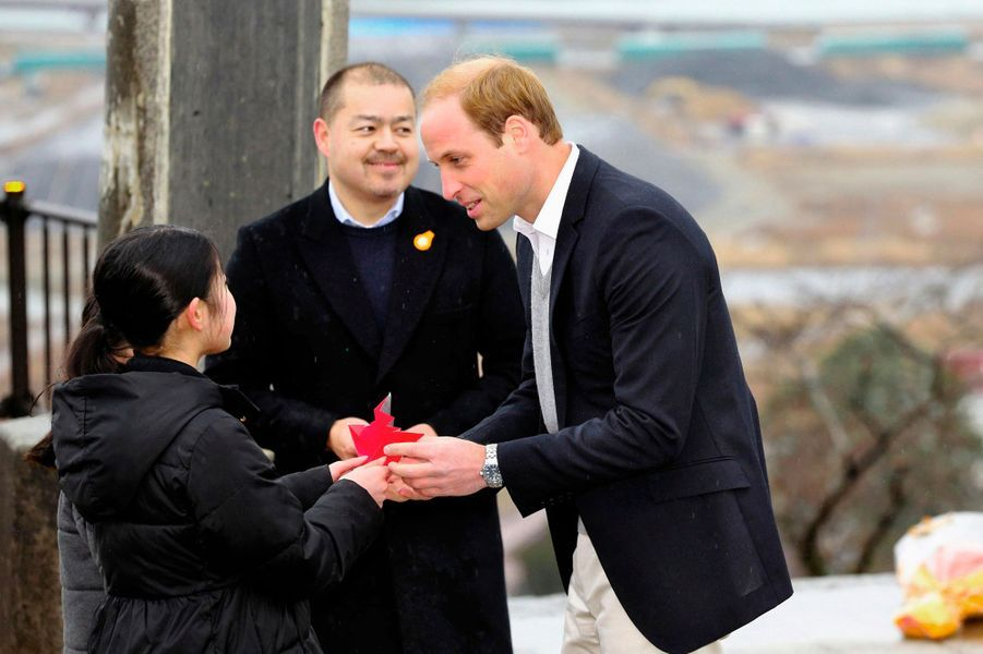 Le prince William se voit offrir des grues de papier à Ishinomaki, le 1er mars 2015