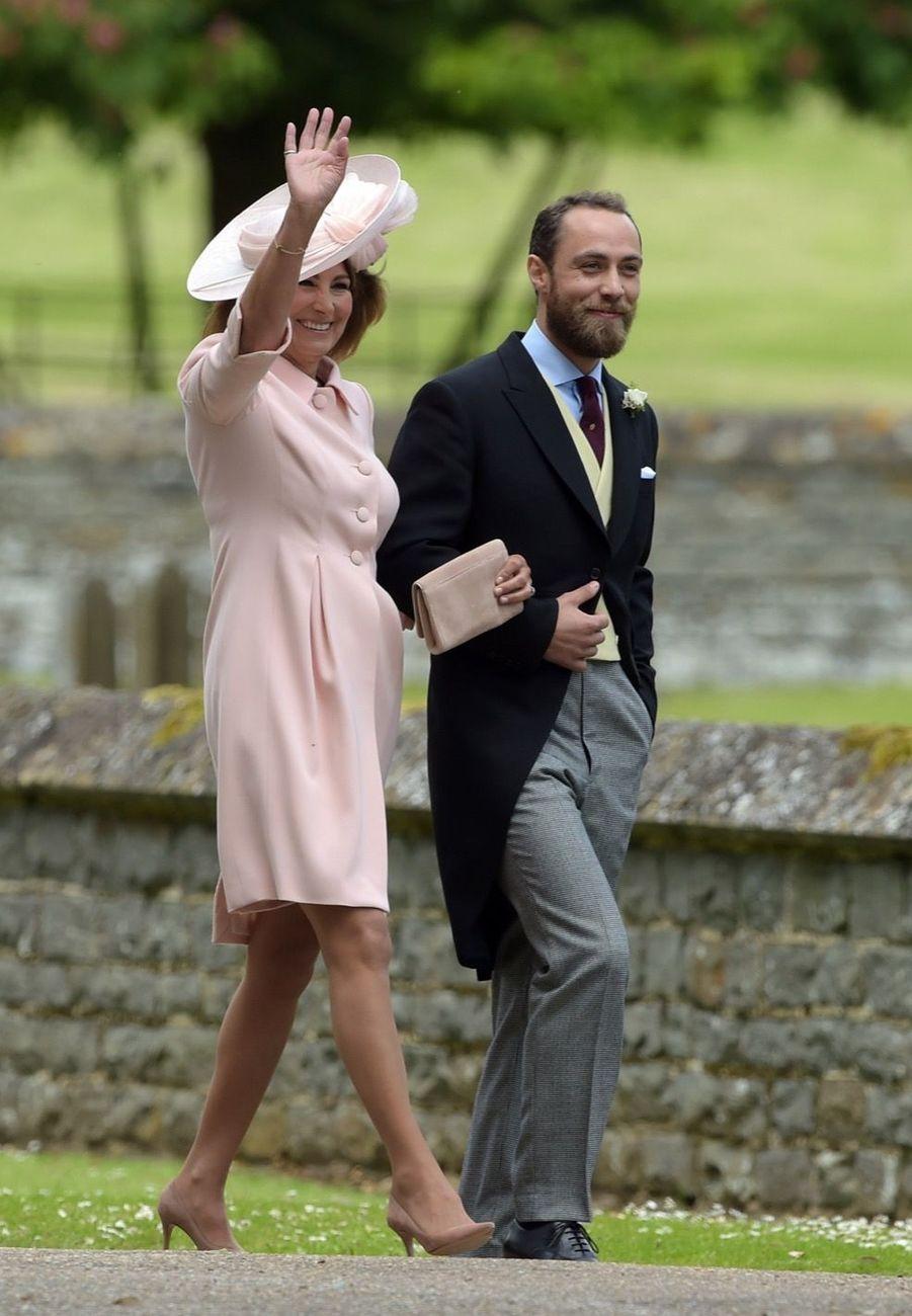 Mariage De Pippa Middleton : Carole Middleton arrive avec son fils James