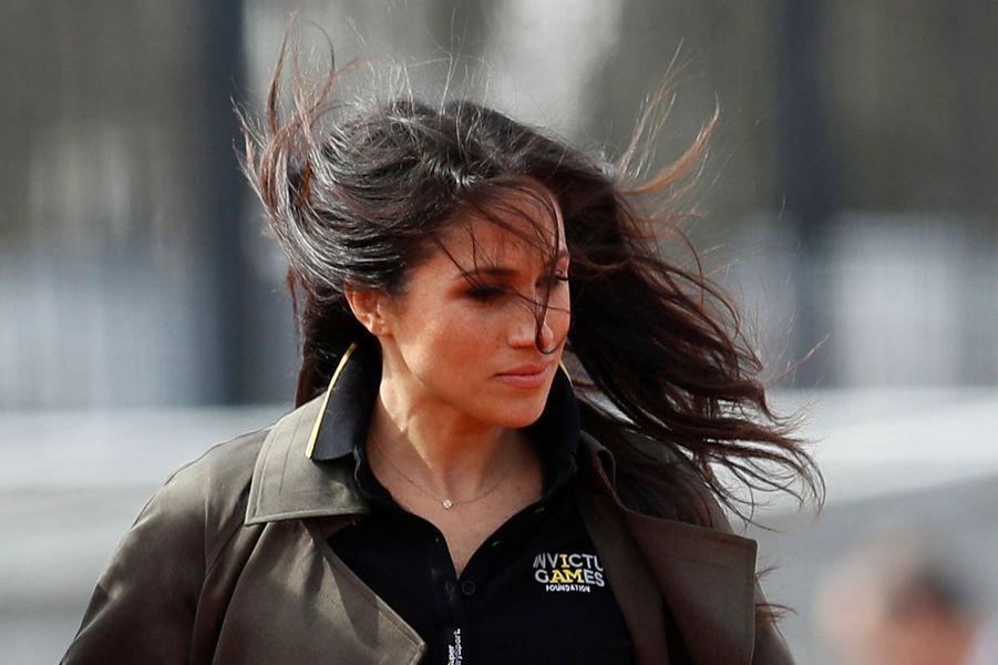 Meghan Markle dans le vent de Bath, le 6 avril 2018