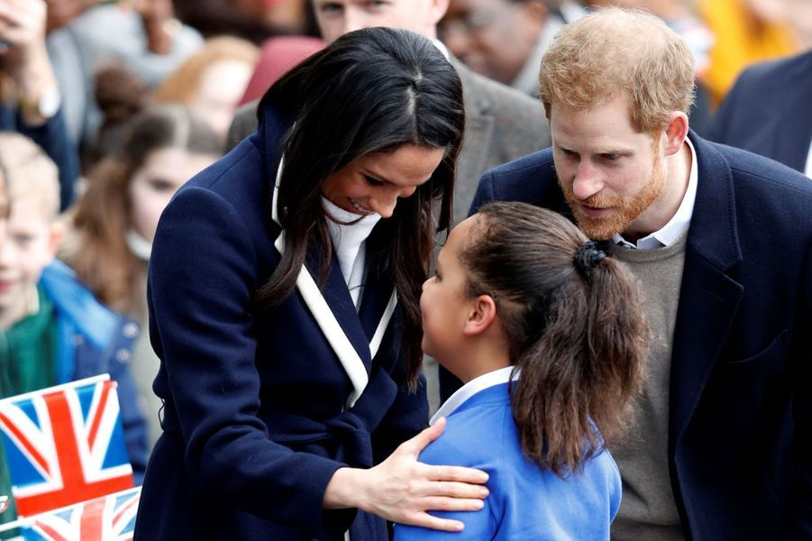 Meghan Markle et le prince Harry avec la petite Sophie à Birmingham, le 8 mars 2018