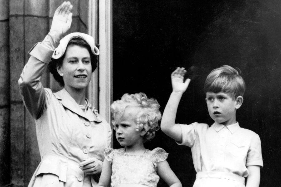 La princesse Anne avec Elizabeth II et le prince Charles, le 15 mai 1954