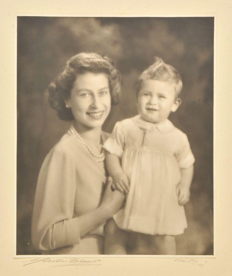 La reine Elizabeth II avec son fils le prince Charles, 1949