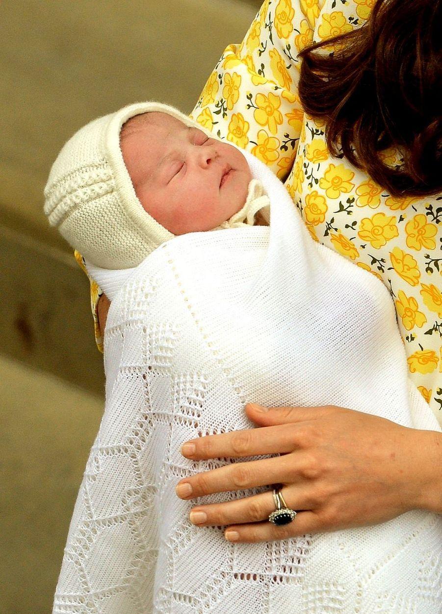 La princesse Charlotte, devant la maternité le jour de sa naissance, le 2 mai 2015.