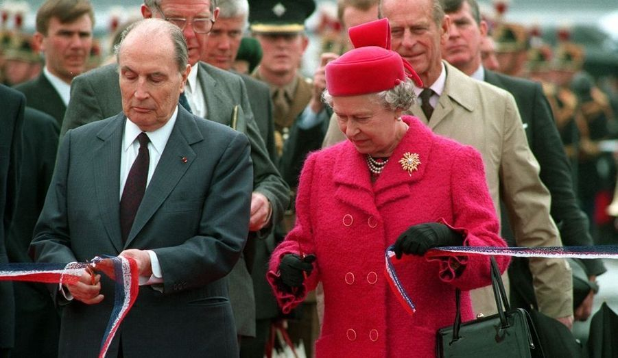 La reine inaugure le tunnel sous la Manche, en compagnie de François Mitterrand, à Calais le 6 mai 1994.