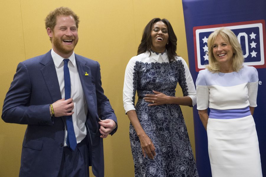 Le prince Harry avec Michelle Obama et Jill Biden à Fort Belvoir en Virginie, le 28 octobre 2015