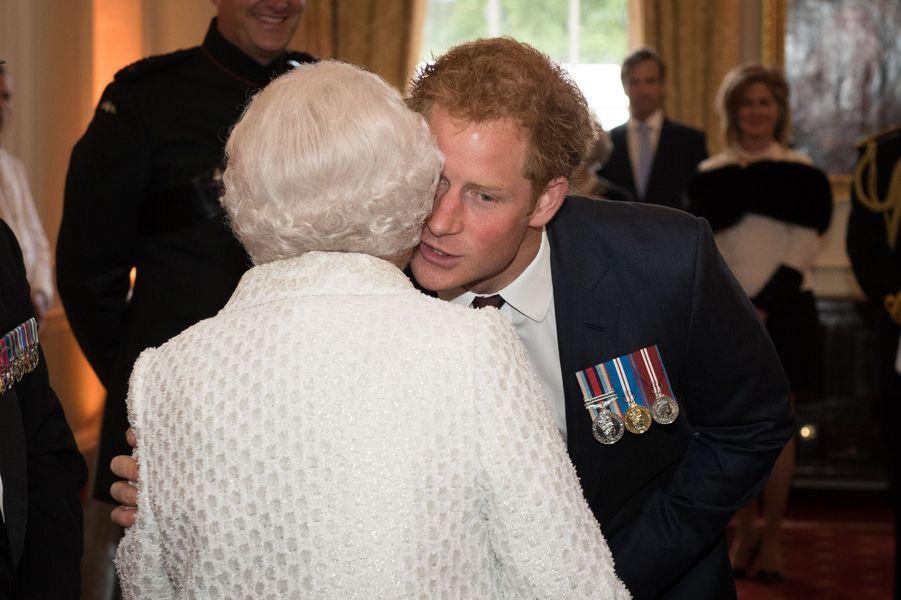 La reine Elizabeth II et le prince Harry à Londres, le 9 juin 2015