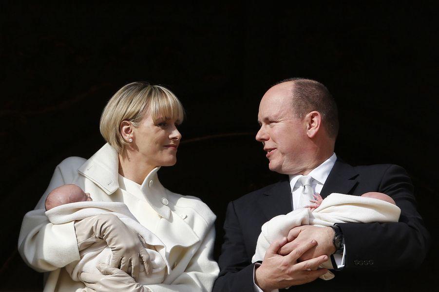 Charlène de Monaco et le prince Albert, avec leurs jumeaux Gabriella et Jacques, le 7 janvier 2015