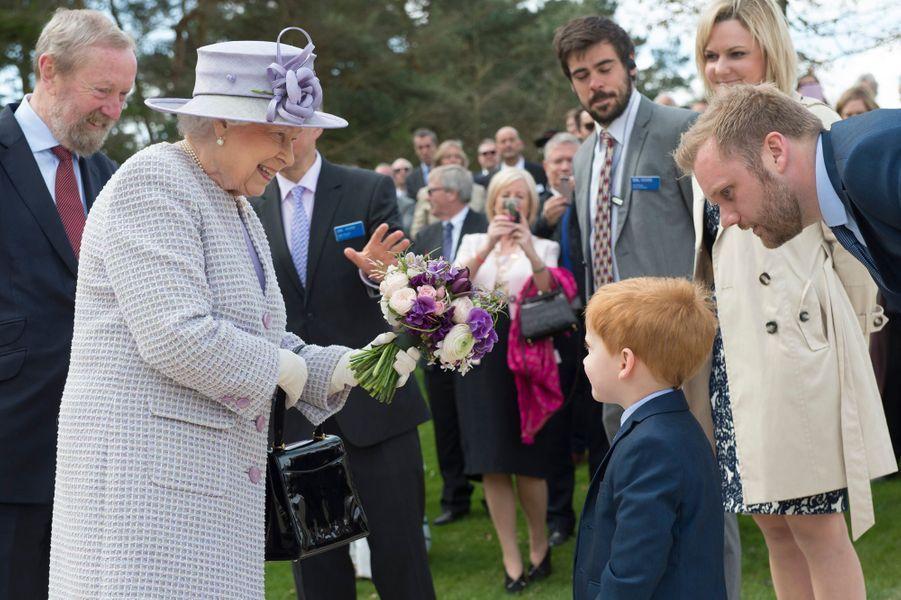 La reine Elizabeth II, en mauve, et le prince Philip à Dunstable, le 11 avril 2017