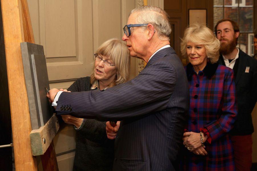 Le prince Charles et Camilla dans les ateliers de The Art Workers' Guild à Londres, le 5 février 2015