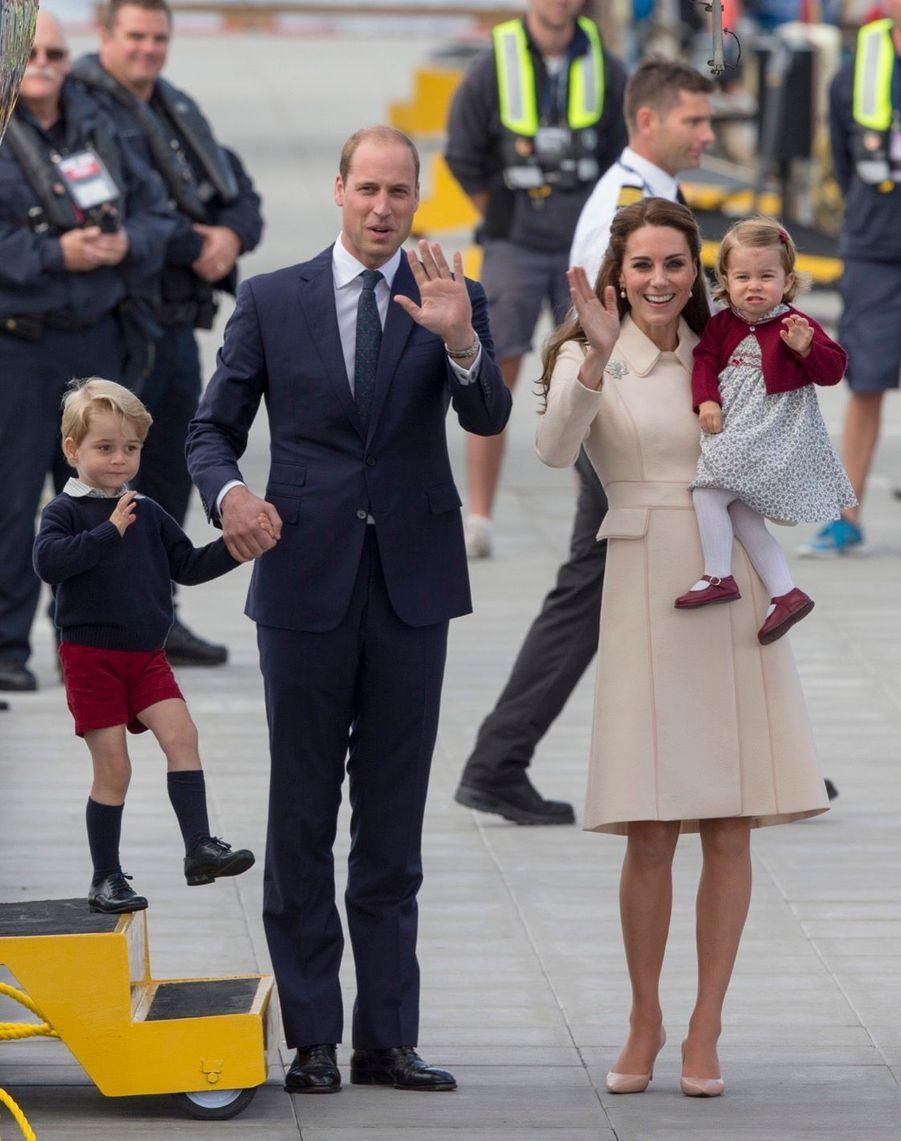 Le prince George quittant, en avion, Victoria au Canada.