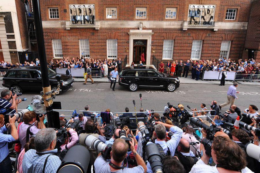 Le prince William et Kate quittent la maternité dans leur Range-Rover avec Baby George à Londres, le 23 juillet 2013