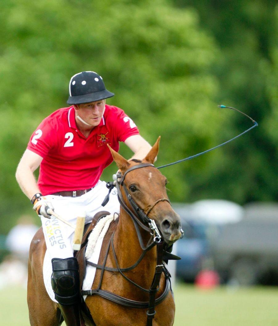 Le prince Harry, le cavalier rouge