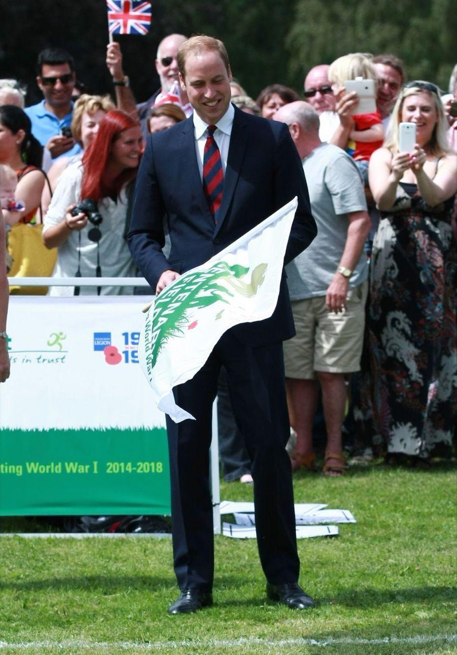 Le prince William agite un drapeau