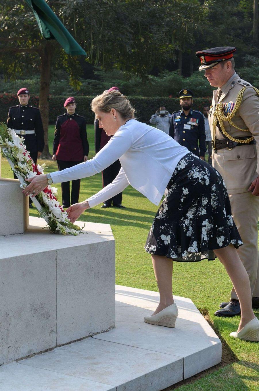 La comtesse Sophie de Wessex dépose une gerbe au cimetière de guerre de Chittagong, le 21 novembre 2017