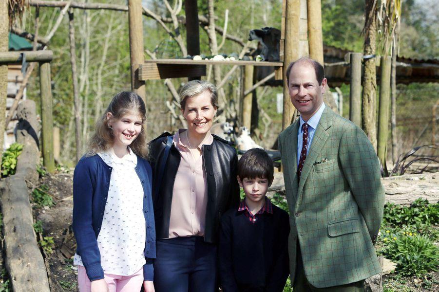 Le-prince-Edward-et-la-comtesse-Sophie-de-Wessex-avec-leurs-enfants-au-zoo-de-Bristol-le-14-avril-2016.jpg
