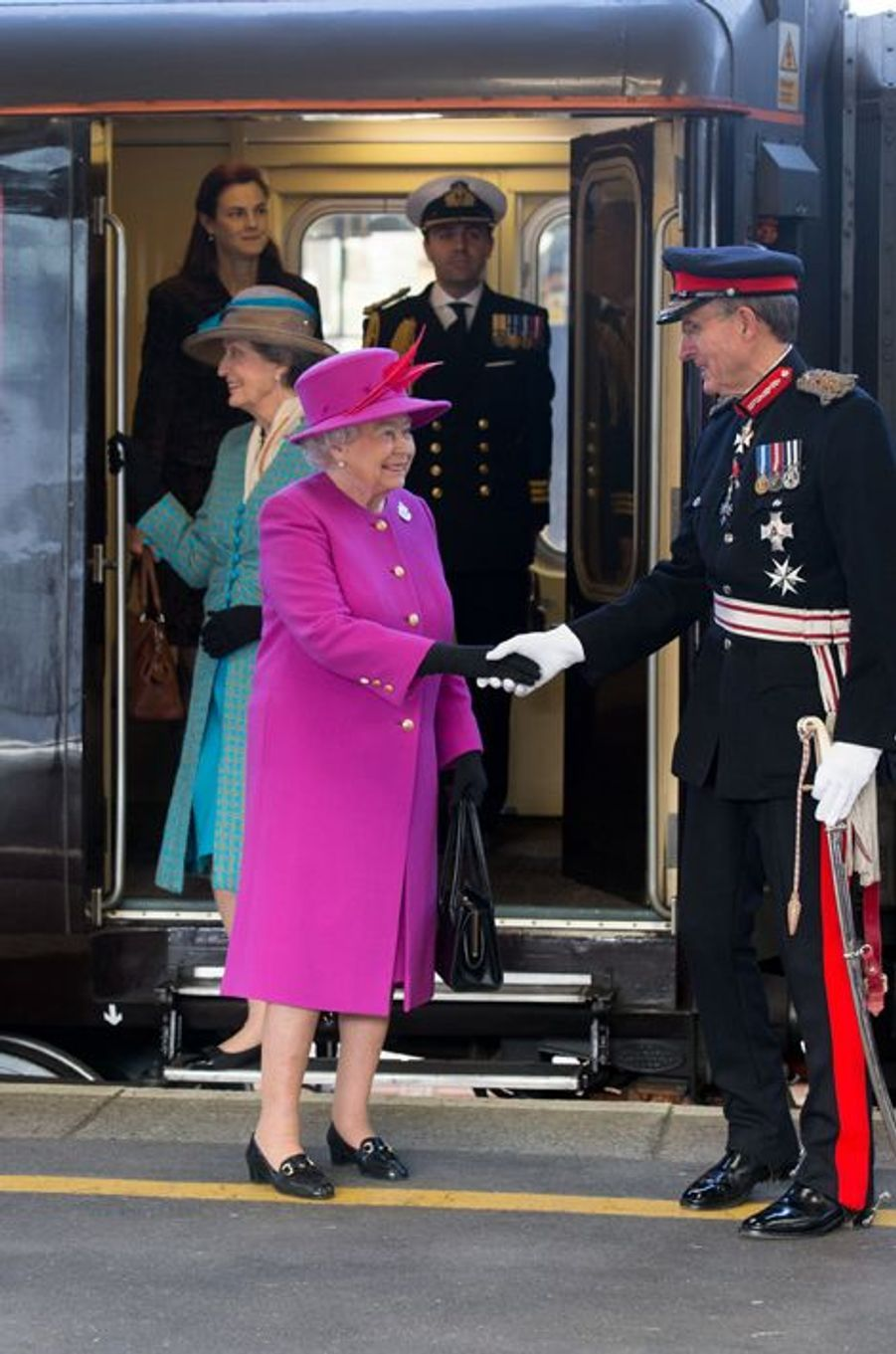 La reine Elizabeth II arrive en train à la gare de Plymouth, le 20 mars 2015