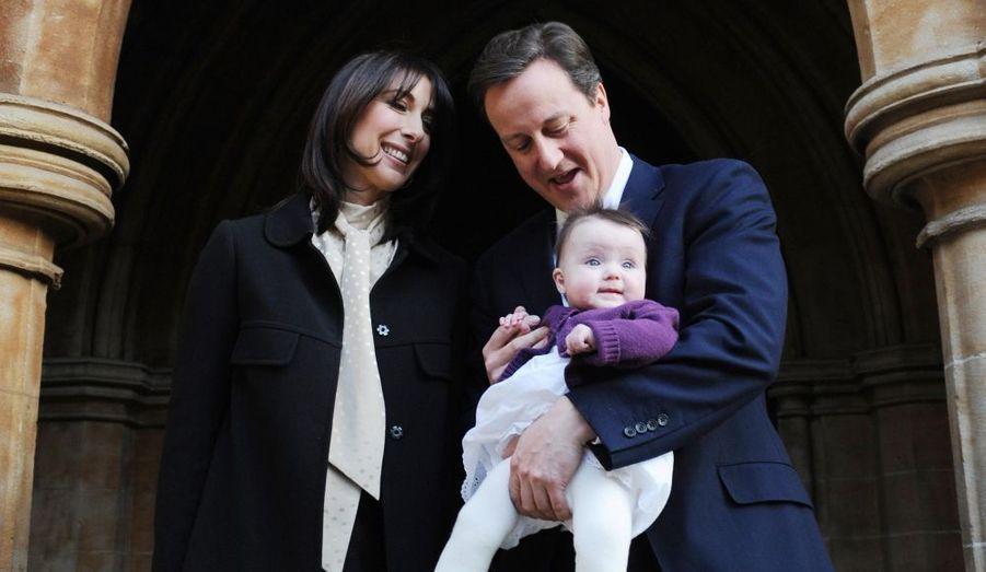 Le Premier ministre britannique David Cameron et son épouse Samantha posent avec leur fille Florence Endellion Rose devant l'église St Mary, après le baptême de cette dernière.