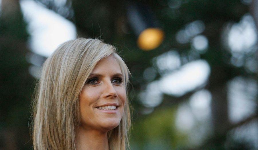 Alors que la rumeur enflait depuis quelques jours, Seal, le compagnon de la mannequin d'origine allemande Heidi Klum, a confirmé qu'ils attendaient un heureux événement ! « Le sujet du débat aux alentours de notre hôtel est : 'Est-ce que Heidi est enceinte ?' », a-t-il lancé au public lors de son concert hier au Radio City Music Hall de New York. « Heidi et moi allons avoir un autre bébé ! Enfin, c'est Heidi qui fait tout le boulot », a-t-il ajouté, visiblement très heureux. Heidi Klum a déjà une fille de sa précédente relation avec Flavio Briatore, le patron de l'équipe Renault de Formule 1, ainsi que deux garçons avec Seal âgés de deux ans et demi et trois ans et demi.