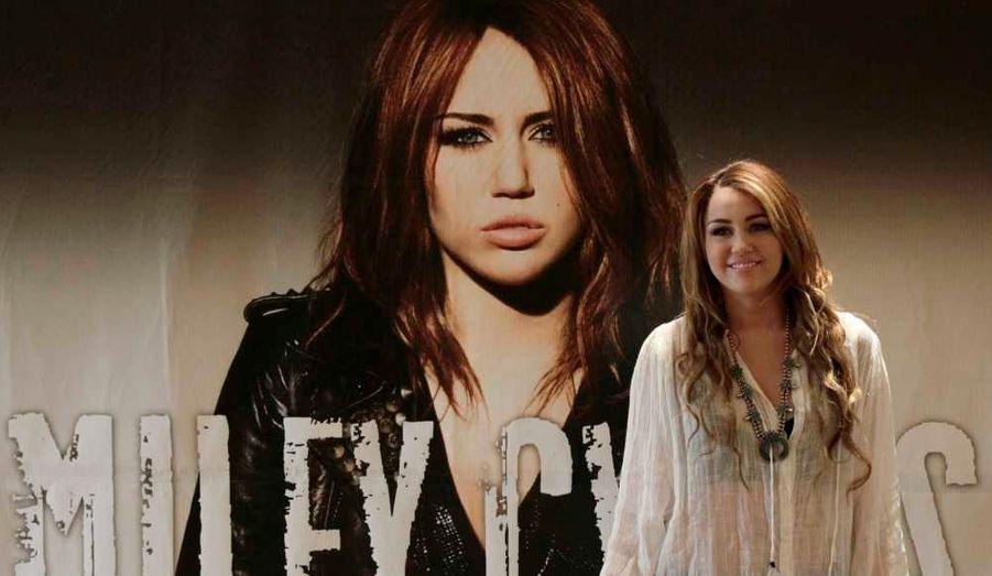 Miley Cyrus sourit lors d'un photocall avant une conférence de presse dans le cadre le la promotion de son nouvel album à Mexico.