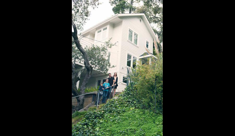 La famille devant sa jolie maison de Mill Valley, au nord de San Francisco.