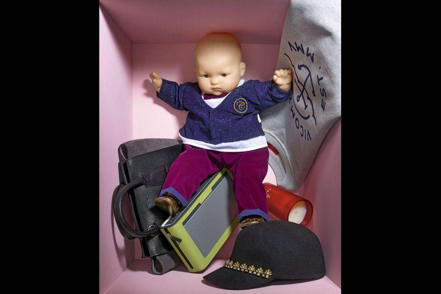 1.Enceinte «SoundlinkIII» sans fil qui se connecte à tout, du Smartphone à la TV. Avec ses quatre haut-parleurs intégrés, elle maîtrise aussi des basses profondes et chaleureuses. Bose. 299,95€ dans une housse zippée disponible dans 5 coloris. 34,95€. 2.Sac à main «Baby Serafina» en cuir saffiano et veau velours. Porté main ou épaule grâce à sa bandoulière amovible. Caroll. 185€. 3.«Bébé Chéri», poupon de 52cm, que l'on peut habiller avec de vrais vêtements de bébé taille 3mois. Corolle. 100€. 4.Sweat-shirt 100% coton imprimé d'un motif ancre, idéal pour se donner des airs de marin urbain. Vicomte A. 99€. 5.Bougie «Cardinal», nouveau concept de la collection «Habitat Pure», inspirée de la culture traditionnelle chinoise. Parfum «Foudre» qui libère une senteur enivrante de résine ambrée. Habitat. 20€. 6.Casquette de base-ball en laine et strass très sport chic. Maison Scotch. 70€.