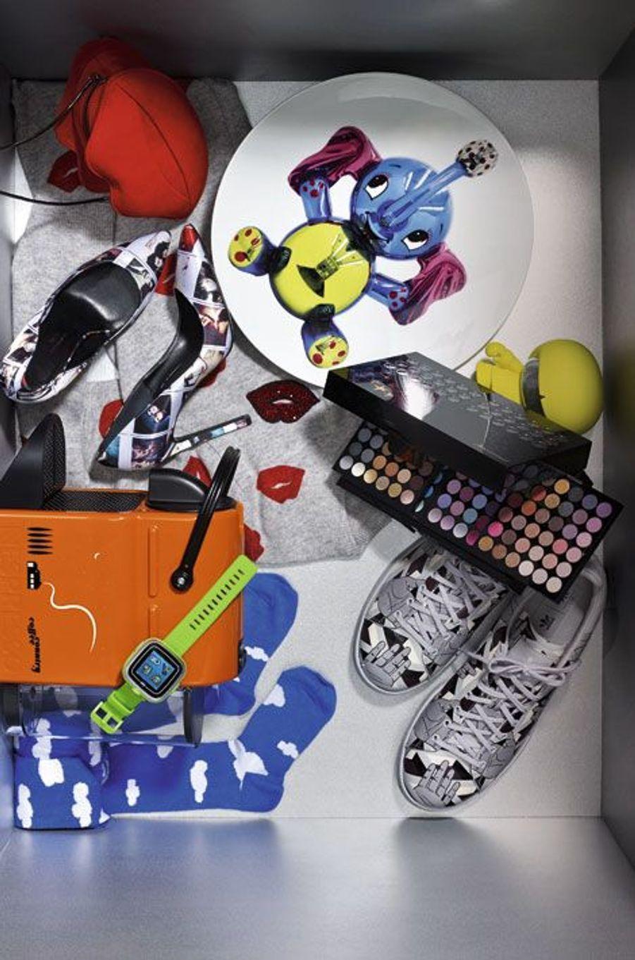 1.Coupe «Eléphant», à l'occasion de la rétrospective Jeff Koons, un collector édité à 2500 exemplaires. Bernardaud/Koons, en vente à la boutique du Centre Pompidou. 464€. 2.Enceinte «Xboy Speaker», Bluetooth sans fil avec micro intégré pour les conversations téléphoniques. Xoopar. 69,99€. 3.132 ombres à paupières, 40nuances de fards à lèvres… On craque. Palette de maquillage XXL. Marionnaud. 29,90€. 4.Stan Smith, sneakers emblématiques d'Adidas lancées en 1973, revisitées dans un imprimé géométrique issu de la collaboration entre Adidas Originals et Opening Ceremony. 180€. 5.Collant imprimé, pour avoir non seulement la tête, mais aussi les gambettes dans les nuages. Cocotruc. 35€. 6.«Kidizoom Smart Watch», un concentré high-tech pour les enfants avec appareil photo, vidéo, micro intégré pour transformer sa voix. 3minijeux inclus. Vtech. 60€. 7.Dernière-née des machines Nespresso en série limitée Inissia Summer Sun par Vahram Muratyan. 119€. 8.Cardigan 100% cachemire qui nous invite à sourire avec son imprimé lipstick et sa broderie en strass. Eric Bompard. 280€. 9.Escarpins en satin imprimé nés de la collaboration entre le créateur Eugène Riconneaus et l'artiste Maripol. Chaque paire est unique, comme son nom l'indique: «Unique Polaroid on satin». Eugène Riconneaus x Maripol. 415€. 10.«Kiss Me» suggère la pochette la plus irrésistible et ludique de la saison. Minelli. 49€.