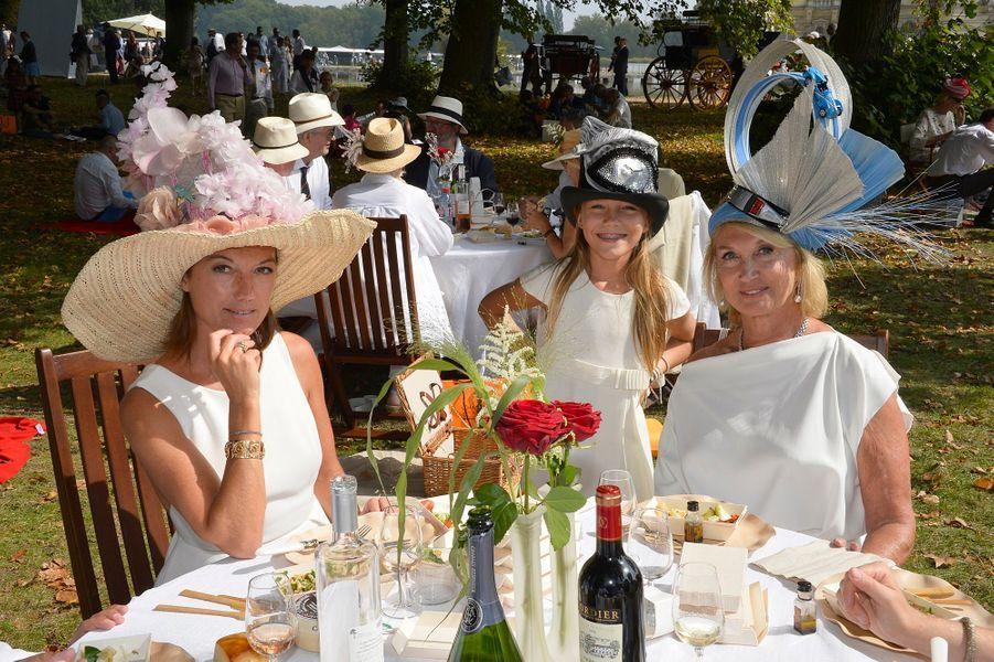 A droite, Giselle Tatten qui reçoit le Prix Sophie Papiernick du plus beau chapeau
