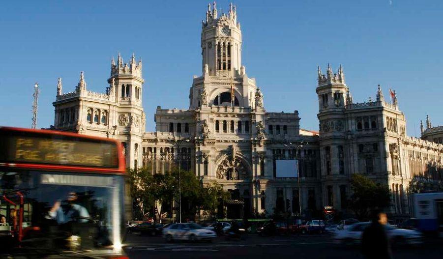 Madrid se classe 4e, grâce à ses transports en commun (93% d'opinion favorable, 1e place), ses musée (92%) mais doit améliorer les prestations de son office de tourisme (66%), ses hôtels et dîners.