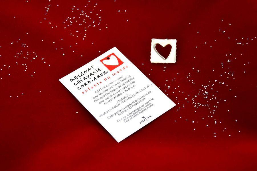 A partir du 17 décembre, à l'occasion duGrand Marché de Noël organisé par Mécénat Chirurgie Cardiaque au Palais des Congrès de Paris, la marque Agatha a créé une broche en laiton, fabriquée dans les ateliers français de l'entreprise. Les 300 exemplaires seront vendus au prix de 15 euros, sur le marché et sur internet.
