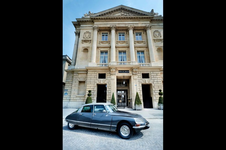 Devant la façade de l'Hôtel de Crillon dessinée, comme toute la place de la Concorde par Jacques-Ange Gabriel, l'architecte de Louis XV, la DS Palace de collection, voiture de courtoisie pour promener les clients dans Paris.