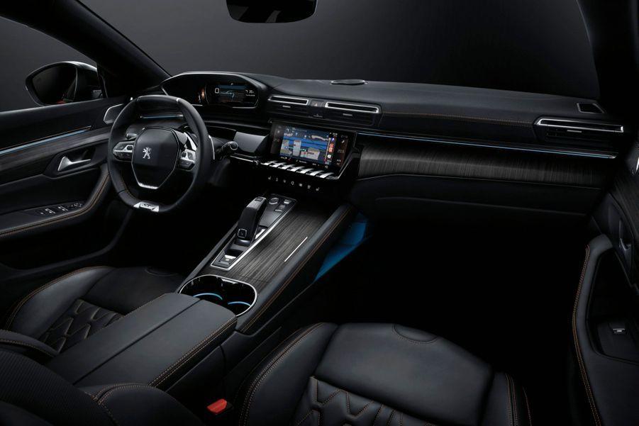 Le grand écran tactile de 10 pouces (2), est accompagné de touches piano permettant un accès direct aux principales fonctions de confort, et par un combiné d'instrumentations numérique, paramétrable et personnalisable, idéalement situé dans le champ de vision du conducteur.