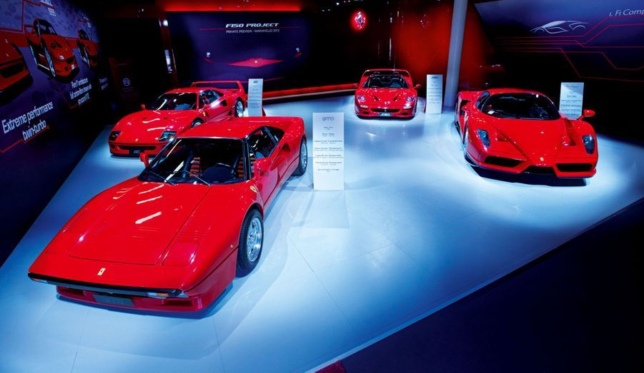 La saga des supercars Ferrari débute en 1984 avec la 288 GTO, au premier plan. Produite à 271 exemplaires, elle dispose d'un V8 de 400 chevaux. La F40, à l'extrême gauche, lui succède en 1987 pour célébrer les 40 ans de la marque et reçoit un V8 biturbo de 478 chevaux. En 1995 apparaît la F50, au fond à droite. Dotée d'un V12 de 520 chevaux, elle sera fabriquée à 349 unités. Hommage au Commendatore Ferrari disparu en 1988, l'Enzo, à droite, est dévoilée en 2002. Produite à 399 exemplaires et motorisée par un V12 de 660 chevaux, elle coûtait 675 000 euros au lancement. Livrée cet été, La Ferrari reprend le flambeau.