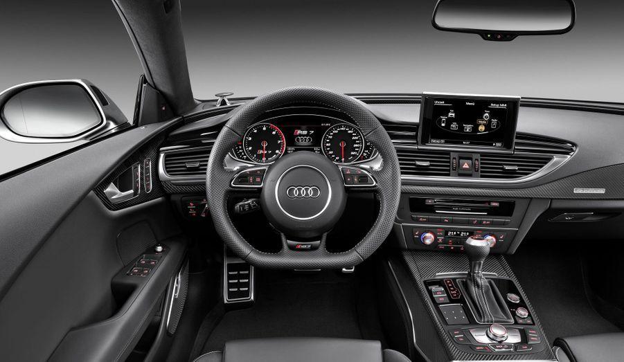 Cuir, aluminium et carbone dominent l'habitacle. Pour ceux qui auraient en plus de l'argent à dépenser pour la hifi embarquée, Audi propose une installation Bang & Olufsen.