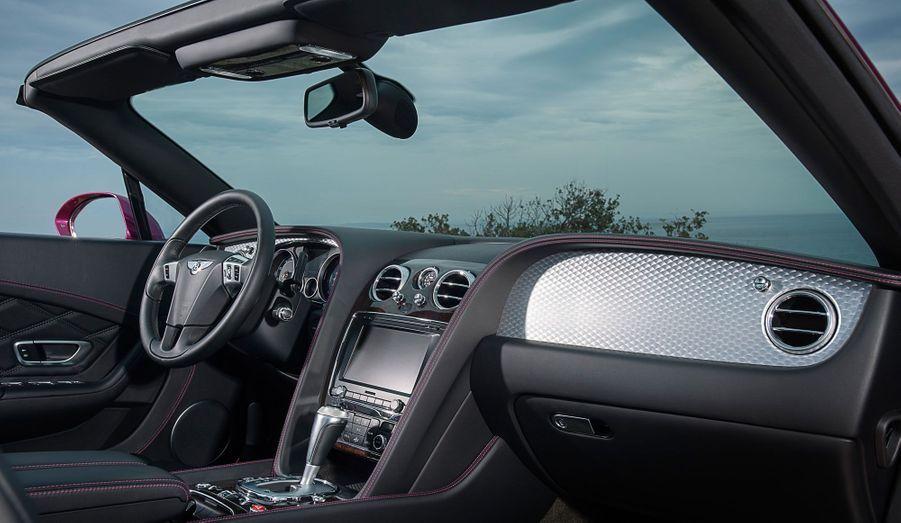 Cuir, bois, aluminium: la GT Speed, malgré sa vocation plus sportive, conserve le légendaire sens de l'accueil des Bentley.