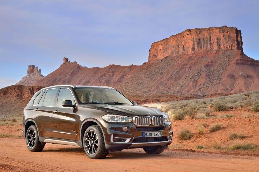 BMW a présenté les premières images de la troisième génération de son aventurier des beaux quartiers. Le SUV, initialement conçu pour les Etats-Unis, a su séduire en Europe. Modernisé, il doit faire face à un Mercedes ML récemment renouvelé et, prochainement, au futur Audi Q7.