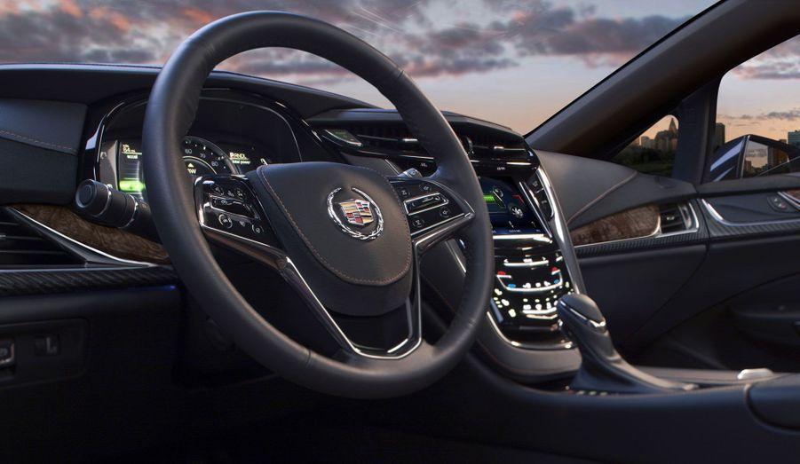 Le volant de l'ELR a bien une forme voisine de celui de la Chevrolet Volt. Mais la Cadillac se veut beaucoup plus cossue: le dessin de la planche de bord est plus travaillé, les matériaux employés, beaucoup plus nobles. Reste à voir si, côté finition, l'ELR aura de quoi faire trembler les allemandes ou même les japonaises.