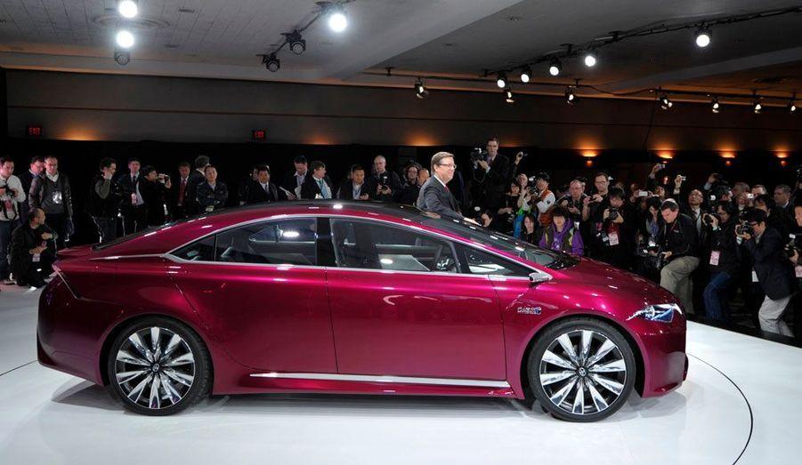 Cette étude se veut représentative de ce que sera la berline de 2015. Toyota a mis le paquet en matière d'innovation dans son concept NS4 : vitrages favorisant l'écoulement d'eau et protégeant mieux de la chaleur, système de freinage d'urgence très sophistiqué, commandes intégralement tactiles.