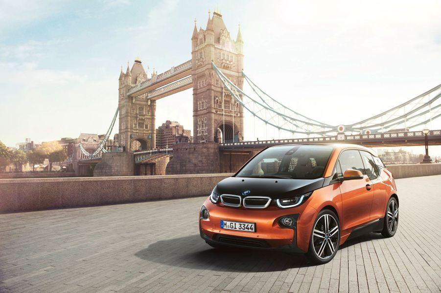 BMW a dévoilé lundi sa nouvelle citadine électrique, l'i3, qui prend un positionnement inédit sur le marché des véhicules électriques: celui du haut de gamme et de la sportivité.