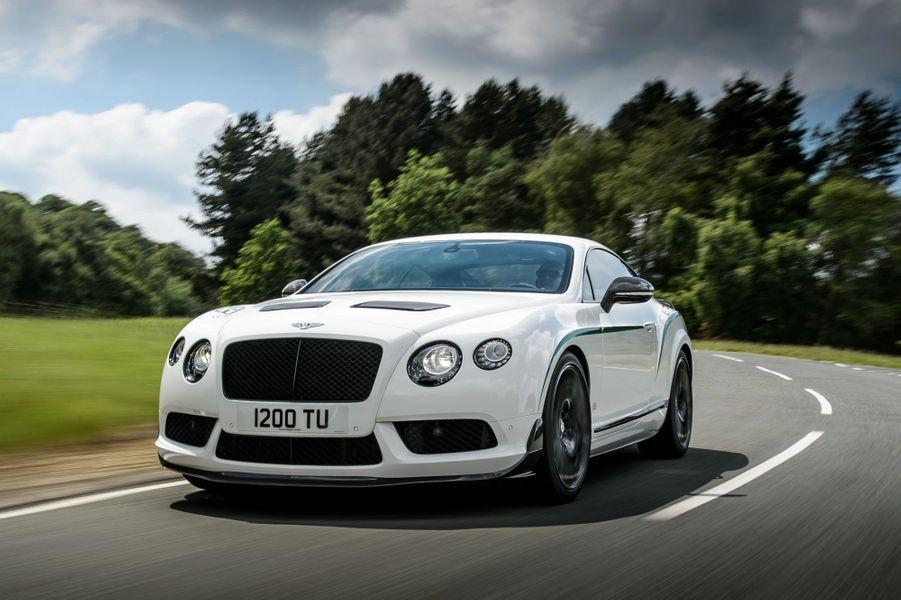 Pour stopper la Continental GT3-R, Bentley mise sur des freins de haute technologie en carbone et carbure de silicium. Selon la marque, ce système très puissant peut absorber 10 mégajoules d'énergie, soit l'équivalent de la consommation d'énergie d'un foyer pendant six heures.
